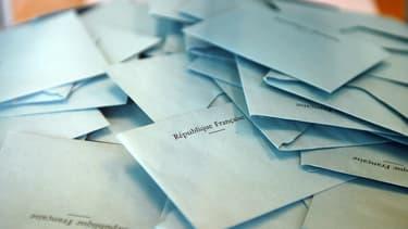 Des enveloppes dans une urne lors de l'élection présidentielle de 2012. (photo d'illustration)