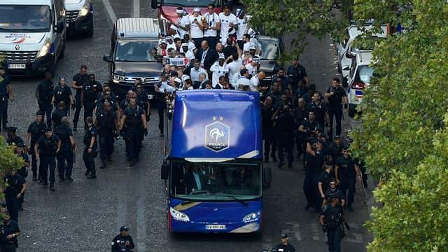 Le bus des Bleus lors de la descente des Champs-Elysées après la victoire à la Coupe du monde. Alexandre Benalla est à Côté du chauffeur et la Coupe encore dans les mains de Varane.