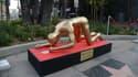 La statue, oeuvre de l''artiste Plastic Jesus, est exposée sur Hollywood Boulevard à Los Angeles.