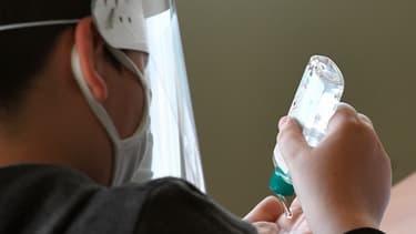 Un enfant utilise du gel hydroalcoolique, le 18 mai 2020, à Saint-Grégoire.
