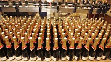 """Le timbre rond  avec sa """"Marianne"""" apposée sur la coiffe d'une bouteille de vin atteste du paiement des accises en France et vaut document d'accompagnement pour la circulation des bouteilles."""