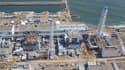 Vue aérienne de la centrale de Fukushima-Daiichi. Le gouvernement japonais a annoncé mercredi une mise à jour des règles de sécurité pour les 55 centrales de l'archipel, après l'accident qui a frappé celle de Fukushima. /Photo prise le 24 mars 2011/REUTER