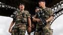 Soldats en patrouille sous les pilliers de la Tour Eiffel. Les deux-tiers des Français ne croient pas que le risque d'attentat en France soit renforcé, selon un sondage BVA pour Canal Plus diffusé jeudi. /Photo prise le 16 septembre 2010/REUTERS/Charles P