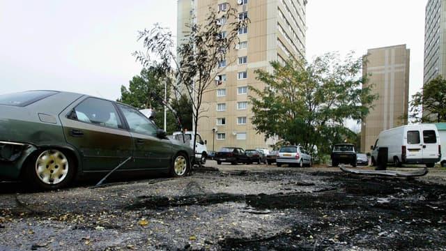 Restes de voitures brûlées à la cité du Chêne pointu, à Clichy-sous-Bois, le 28 octobre 2005.