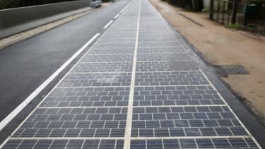 La route solaire installé en Normandie comprend 2800 mètres carrés de panneaux solaires collés sur un kilomètre de chaussée.