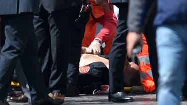 L'un des policiers blessés, à terre, après la fusillade.