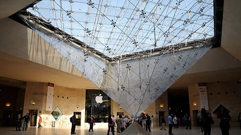 La galerie du Carrousel du Louvre, ouverte 7 jours sur 7, attire une forte clientèle de touristes.