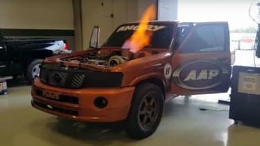 Les flammes impressionnantes qui s'échappent du moteur de ce Nissan Patrol surboosté.