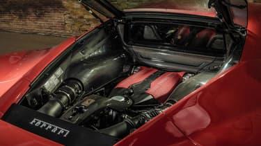 Le bloc 3,9 litres V8 de Ferrari remporte le titre de moteur de l'année 2016.