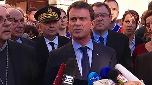 """Manuel Valls a exprimé sa """"solidarité"""" après s'être rendu dans l'une des églises de Villejuif."""