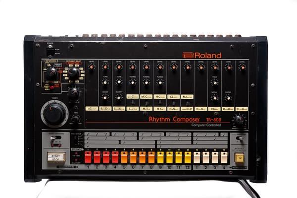 La TR-808, une boîte à rythmes historique.