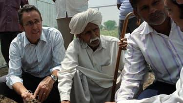 Sur cette photo, datant de 2010, le directeur de Carrefour Inde (à l'extrême gauche), Yannick Douville, iavec des fermiers locaux.