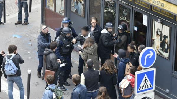 Un groupe de manifestants en pleine interpellation avec les forces de l'ordre, ainsi qu'Alexandre Benalla et Vincent Crase place de la Contrescarpe à Paris.