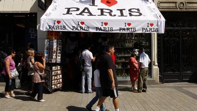 Touristes sur les Champs-Elysées, à Paris. Boudés par des consommateurs français de plus en plus économes et volatils, les commerçants se tournent vers les touristes étrangers pour tenter de trouver des relais de croissance. /Photo d'archives/REUTERS/Beno