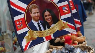 Des goodies à l'effigie de Harry et Meghan, avant leur mariage, le 19 mai 2018.