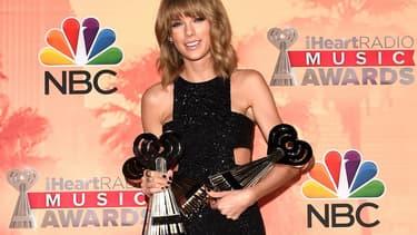 Taylor Swift et ses trois récompenses lors de la cérémonie des iHeartRadio Music Awards, à Los Angeles.