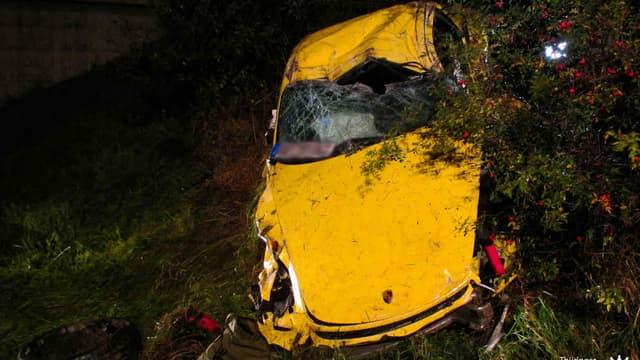 Ce Porsche Cayman GT4 s'est crashé sur l'autoroute. Les deux occupants s'en sortent avec de graves blessures, mais la construction de la voiture leur a sauvé la vie.