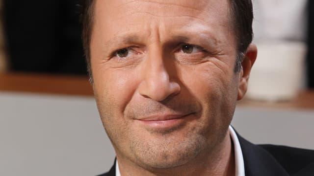 L'animateur Arthur a porté plainte en diffamation contre le journaliste Patrick Cohen, à la suite de sa chronique sur France Inter, réalisée ce lundi matin.