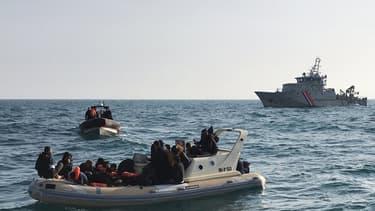 Des secours aidant des migrants (photo d'illustration)