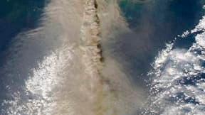 Photo satellite de l'Eyjafjöll. Selon les spécialistes locaux, le volcan islandais, dont l'éruption jeudi a entraîné la paralysie d'une grande partie du trafic aérien européen, crache désormais plus de lave et moins de cendres. /Image prise le 17 avril 20
