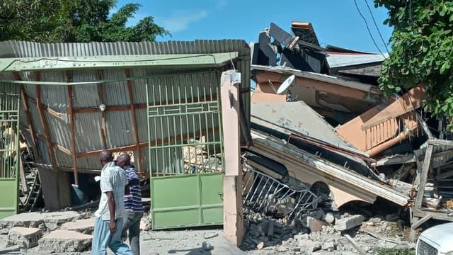 Une maison effondrée aux Cayes, dans le sud-ouest de Haïti, après le séisme le 14 août 2021