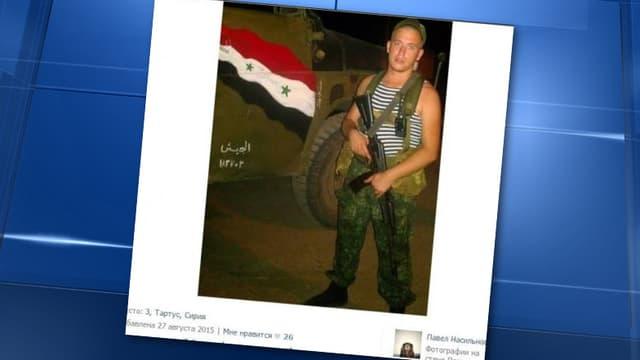 Un jeune militaire d'origine russe pose devant un char sur lequel est peint un drapeau syrien. La photo a été postée sur le réseau social russe VKontakte.