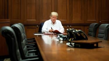 Photo diffusée par la Maison Blanche le 4 octobre montrant Donald Trump à l'hôpital militaire de Walter Reed près de Washington