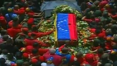 Le cercueil d'Hugo Chavez entouré par la foule à Caracas