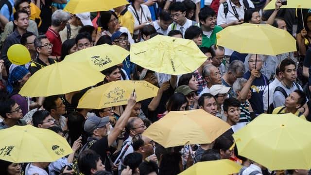 Des activistes arborent des parapluies jaunes pour commémorer la révolte des parapluies de l'automne 2014, à Hong Kong en septembre 2016