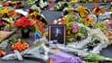 Un portrait de Nelson Mandela entouré de fleurs déposées par des anonymes à Johannesburg, le 6 décembre 2013.ed icon of the anti-apartheid struggle in South Africa and o