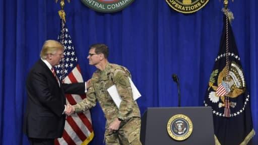 Donald Trump et le général Joseph Votel lors d'une rencontre au centre de commandement de Macdill à Tampa, Floride, le 6 février 2017