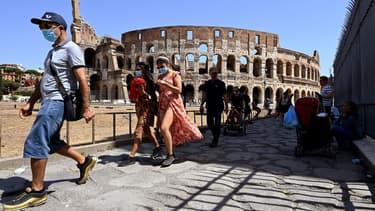 Des touristes près du Colisée à Rome le 22 août 2020.