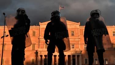 La police monte la garde devant le parlement grec à Athènes, le 2 mars 2021. (Photo d'illustration)