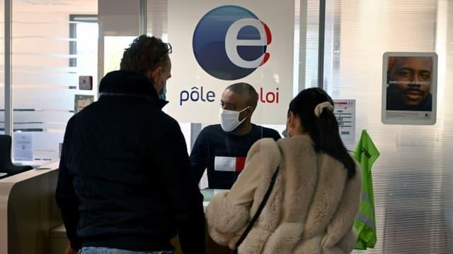 Des personnes à l'accueil de l'agence Pôle Emploi de Château-Gombert, à Marseille, le 14 décembre 2020