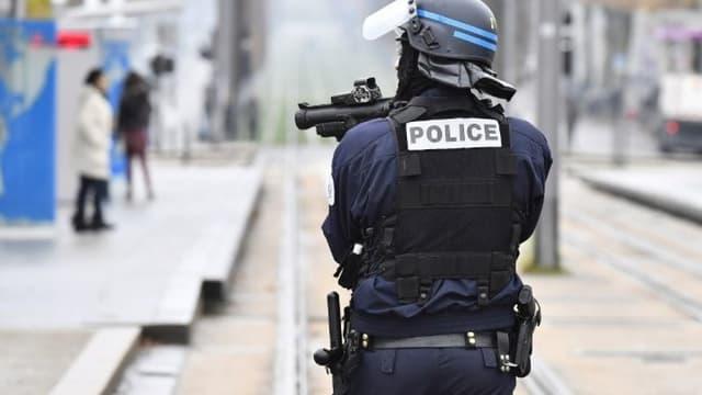 Un policier armé d'un lanceur de balle de défense.