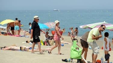 28% des Français économisent plus d'un an pour partir en vacances, mais beaucoup reconnaissent qu'ils dépassent souvent leur budget