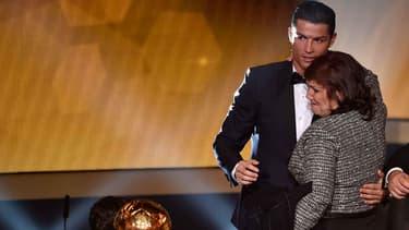 Le joueur du Real Madrid, Cristiano Ronaldo et sa mère, Dolores Aveiro, lors de la remise du Ballon d'or à Zurich, en janvier.