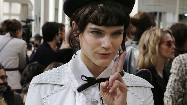 La chanteuse Soko au défilé Chanel, lors de la Fashion Week à Paris, le 8 mars 2016.