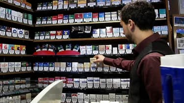 Cigarettes à la vente dans un bar-tabac de Paris le 27 février 2014.
