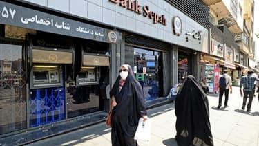 Des passants dans une rue de Téhéran