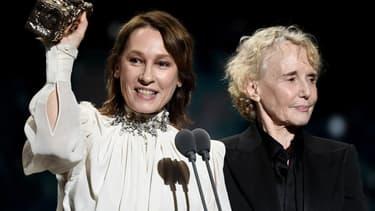 Emmanuelle Bercot (à gauche) et Claire Denis (à droite) lors de la remise du prix de la meilleure réalisation aux César 2020