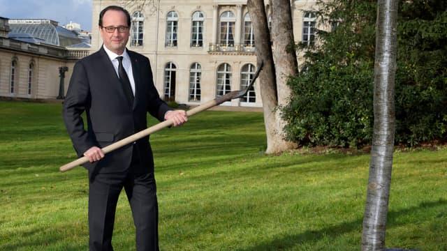 François Hollande a planté un chêne dans les jardins de l'Elysée, samedi 21 février.