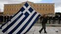 Cordon policier devant le siège du parlement grec à Athènes. Des milliers de manifestants ont défilé dans les rues de la capitale grecque mercredi pour protester contre le budget d'austérité 2011 qui devait être voté dans la soirée par le parlement. /Phot