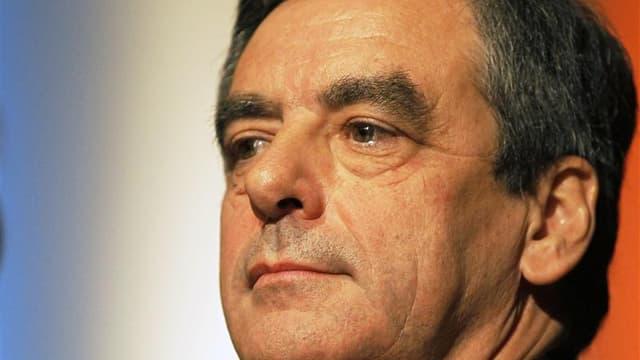 A trois jours de l'élection à la présidence de l'UMP, le candidat François Fillon s'est campé jeudi soir en position de chef de l'opposition, critiquant le gouvernement et déroulant son programme de reconquête du pouvoir plutôt que de se comparer systémat