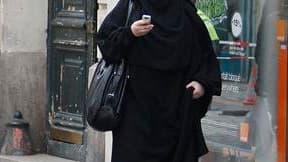 Selon le Figaro, le projet de loi sur l'interdiction du voile intégral en France prévoit de punir d'une amende de 150 euros toute femme le portant et de 15.000 euros toute personne l'imposant par la force. /Photo d'archives/REUTERS/Régis Duvignau