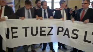 Les députés UMP alsaciens ont brièvement déployé mercredi après-midi dans l'enceinte de l'Assemblée une banderole pour protester contre la création de la grande région Alsace-Champagne-Ardenne-Lorraine