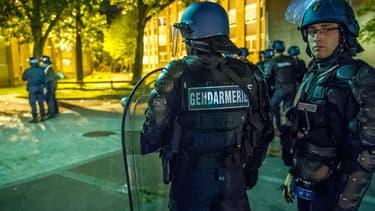 Une patrouille de gendarmes dans le quartier de la Bourgogne, à Tourcoing, dans la nuit de jeudi à vendredi.