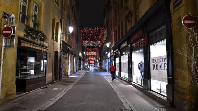 Une rue déserte de Metz (Moselle) le 5 janvier 2021 lors de l'instauration du couvre-feu à 18h.