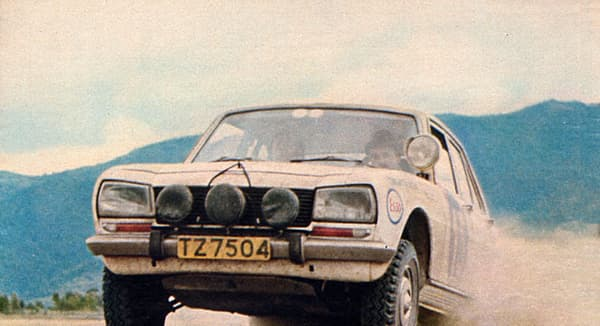 Cette affiche pour la 504 datant de 1976 met en avant sa réussite en rallye en Afrique, ce qui la prédestinait à une longue carrière sur ce continent.