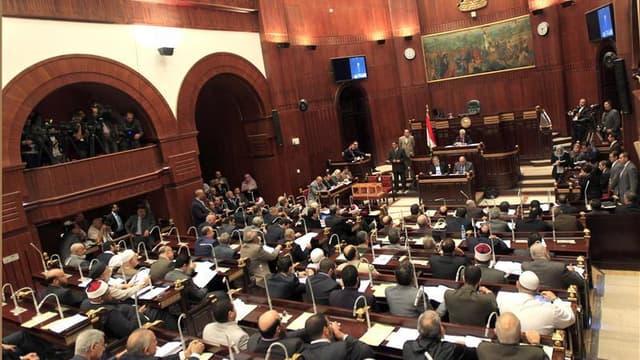 L'assemblée constituante égyptienne dominée par les islamistes a adopté vendredi matin un projet de nouvelle constitution qui sera présenté au président Mohamed Morsi dans la journée pour sa ratification, avant d'être soumis à référendum. /Photo prise le
